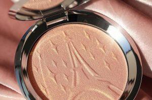 Nowy rozświetlacz do twarzy marki Becca Cosmetics, Parisian Lights Highlighter