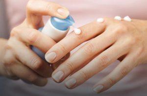 Pomocna dłoń dla suchej skóry rąk – jak i czym ją regenerować?