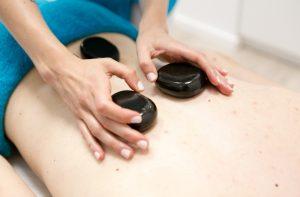 Masaż kamieniami – cudownie relaksujący masaż o zdrowotnych właściwościach