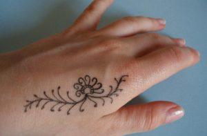 Mehendi – sztuka tatuażu. Jak zrobić tatuaż z henny?
