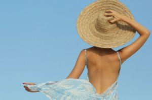 Jak pozbyć się zbyt mocnej opalenizny? Receptury na rozjaśniające kosmetyki