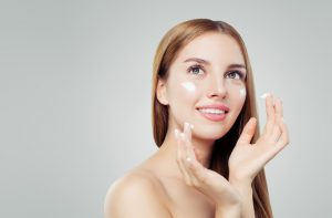 Retinol w kosmetykach – cudo odmładzające skórę. Jak go używać?