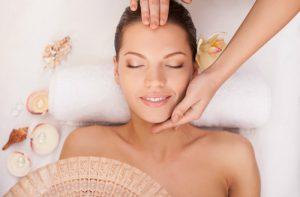 Masaż czyli manualny lifting twarzy – jak go wykonać?